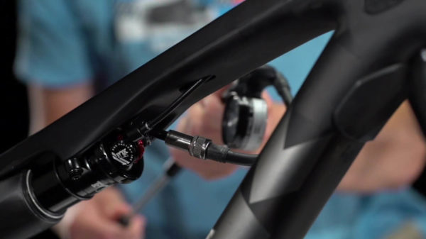 Adjusting the damping on the IsoStrut of the Trek E-Caliber with a damper pump
